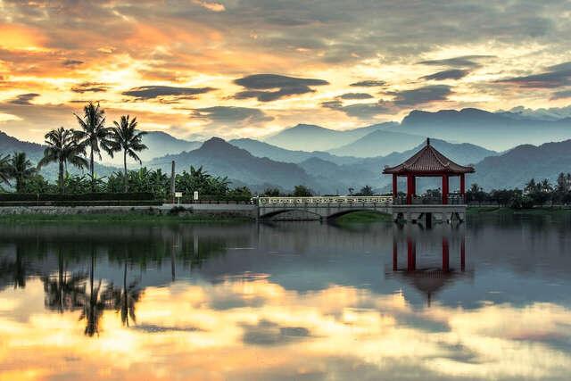 晨光的美濃湖與朱紅色的中正亭